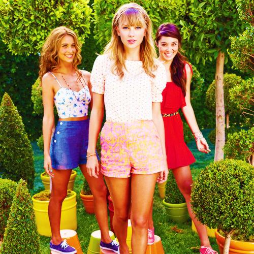 Shoot pour Keds. J'aime beaucoup, ses tenues sont jolies et colorées, tout ça sent l'été ! :p