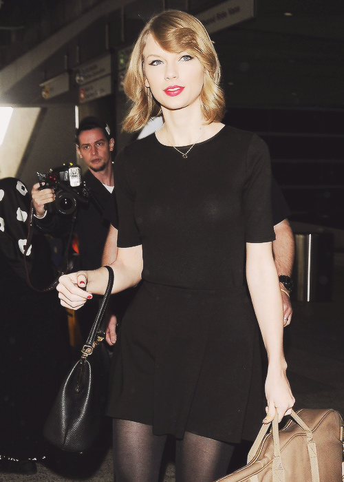 12 Février : Taylor arrivait à l'aéroport de LAX à Los Angeles, avec une nouvelle coupe de cheveux !