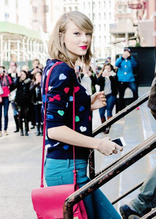 Plus tôt dans la semaine, Taylor est allée surprendre une fan qui l'avait invitée à sa fête de future mariée. Elle en a fait une vidéo.