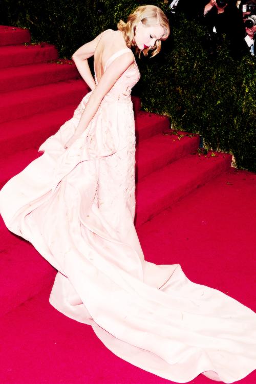 """Le 05 Mai 2014 Taylor s'est rendue comme les années précédentes au Met Gala, à New York, dont le thème était  : """"Charles James, Beyond Fashion"""". Elle était vêtue d'une jolie robe de l'un de ses créateurs préférés, Oscar de la Renta."""
