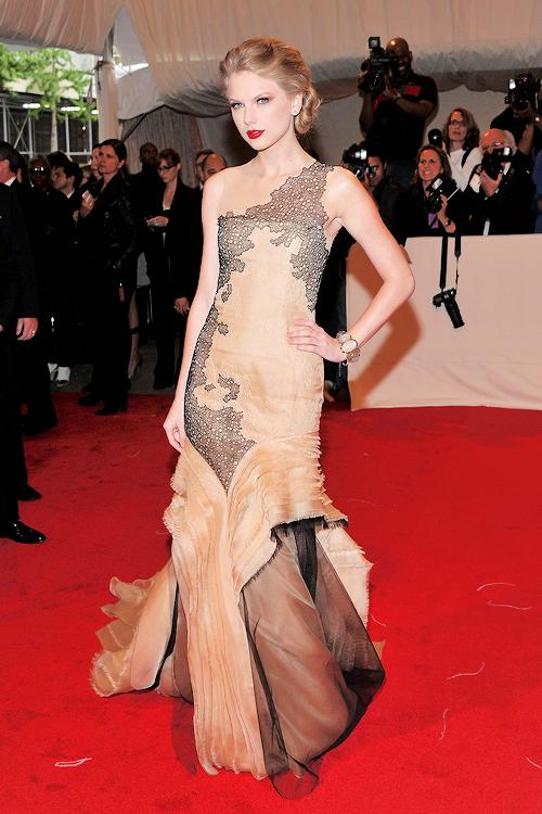 """FLASHBACK - Le 04 Mai 2011, Taylor était au """"Costume Institute Gala"""", à New York. Le thème était """"Alexander McQueen : Beauté Sauvage"""". Taylor portait une robe signée J. Mendel."""
