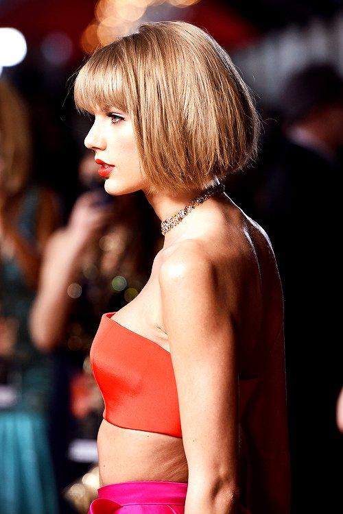 """Le 15 Février 2016 avaient lieu les tant attendus Grammy Awards ! Taylor s'y est rendue en compagnie de Selena et de son frère Austin, dans une tenue très colorée et une nouvelle coupe de cheveux ! Qu'en pensez-vous ? Elle a remporté 3 prix : Album de l'année (ce qu'elle n'avait pas remporté pour son album précédent), Meilleur album pop, et Meilleur clip vidéo pour """"Bad Blood"""". C'est elle qui a ouvert la cérémonie en interprétant son dernier single en date, """"Out of the Woods""""."""