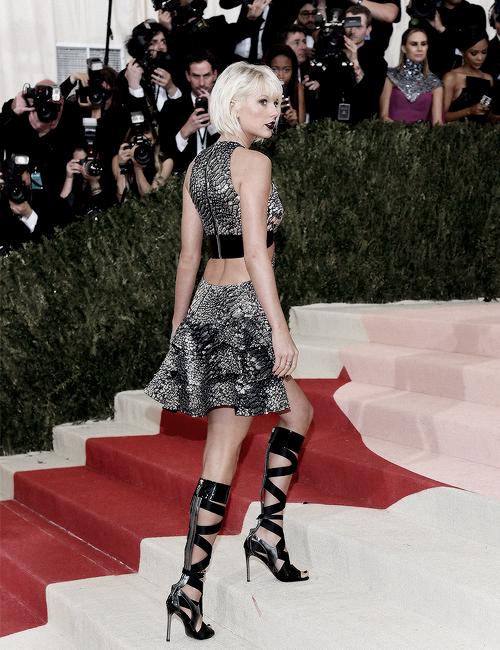 Le 02 Mai, Taylor s'est rendue au Met Gala à New York. Cette année, le thème était Manus x Machina: Fashion in an Age of Technology. Taylor portait une robe et des chaussures signées Louis Vuitton. Qu'en pensez-vous ?