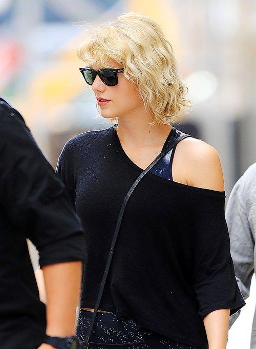 Le 08 Août, de retour à New York, Taylor n'a pas perdu de temps et a été photographiée alors qu'elle quittait -une fois encore- la salle de sport.