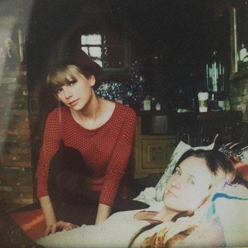 D'anciennes photos ont fait surface. La dernière a été postée par Taylor pour l'anniversaire de Blake Lively !