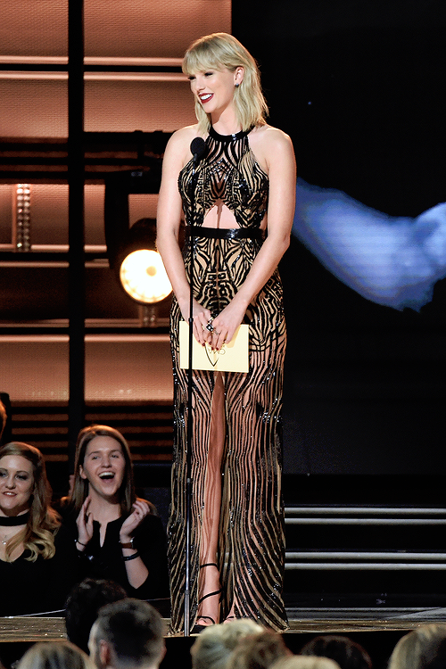"""Pour célébrer ses 10 ans de carrière, Taylor a posté une photo d'elle à 16 ans avec ce message : """"Mon premier album est sorti il y a exactement 10 ans aujourd'hui. Je ne pourrais pas vous être plus reconnaissante, en pensant à quel point on s'est amusés et comment vous m'avez poussée à grandir. C'était une super aventure. Merci pour tout."""""""
