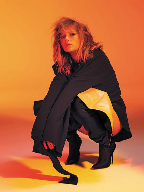 En plus de l'album Reputation, Taylor va sortir 2 magazines de 72 pages chacun, qui incluront de la poésie et des photos personnelles, les paroles de ses chansons écrites à la main, un poster exclusif, et des photos provenant du tournage du clip de LWYMMD.