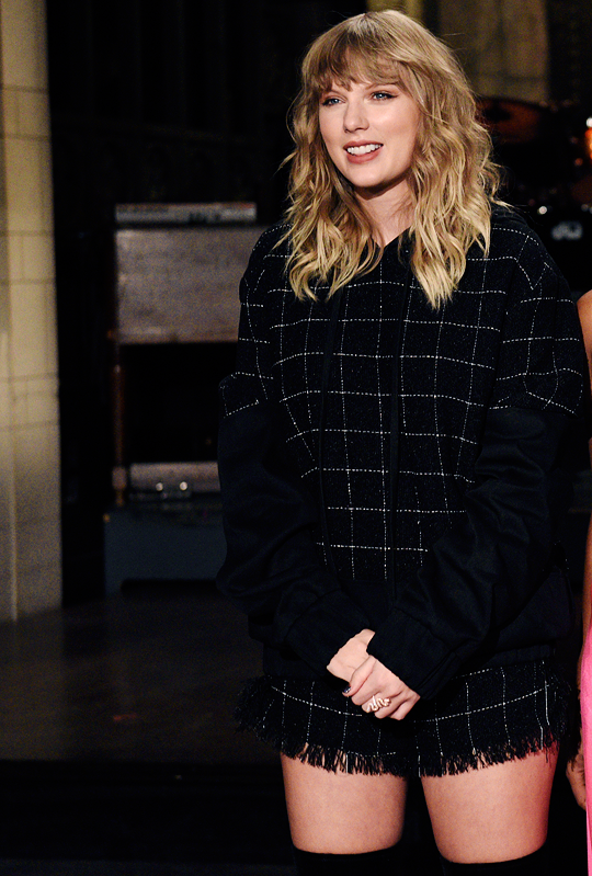 Nouvelles photos de Taylor au Saturday Nigt Live en Novembre