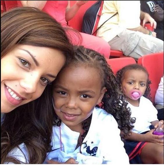Isabelle Matuidi et ses deux filles au match France - Nigéria