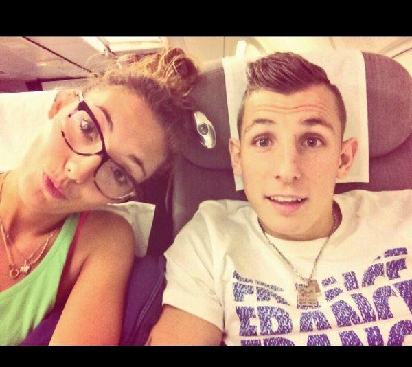 Tiziri et Lucas Digne pendant le vol retour en direction de Paris