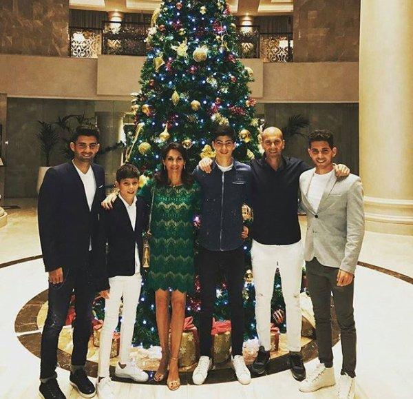 Enzo, Elyaz, Véronique, Théo, Zinedine & Luca lors de Noël!