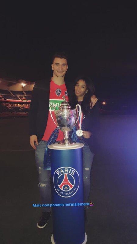 Deborah & Thomas Meunier lors de PSG - SCO Angers