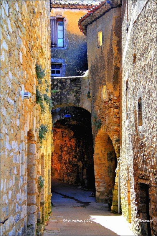 On continue de grimper dans le village de Saint Montan (07).