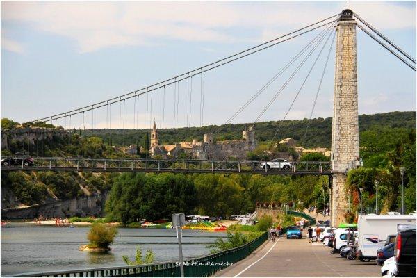 """St Martin d'Ardèche """"Sur le pont"""" ,on aperçoit Aiguèze (Gard)"""