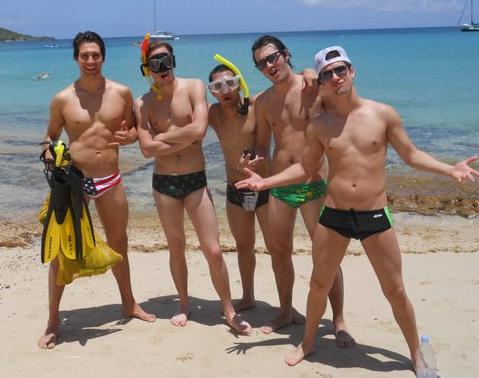 les garçons en slipe  de bain a la mer