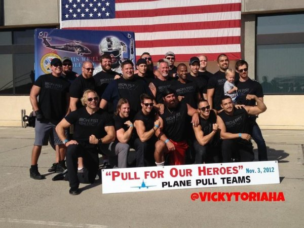 James et Carlos le 03 / 11 / 2012 a Pull For Our Heaoes'' Plane Pull Teams