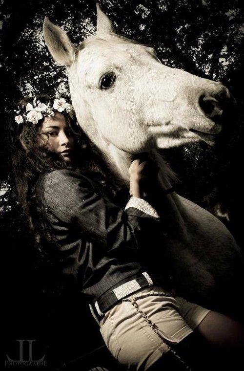 """""""J'ai cru enfant que pour aimer les chevaux il fallait les monter, et c'est au fil du temps que j'ai compris la méprise. D'assise sur leur dos, je me suis couchée à leurs pieds. """""""