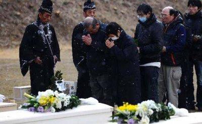 Un mois après la catastrophe, le Japon en deuil