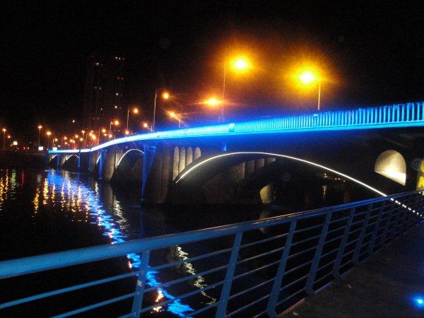 Le Pont Atlas V à Droixhe, dernier de Liège a être illuminé, brille de mille feux !