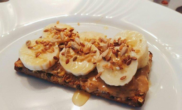 """Snack """"healthy"""" : cracotte complète au beurre de noix et banane."""