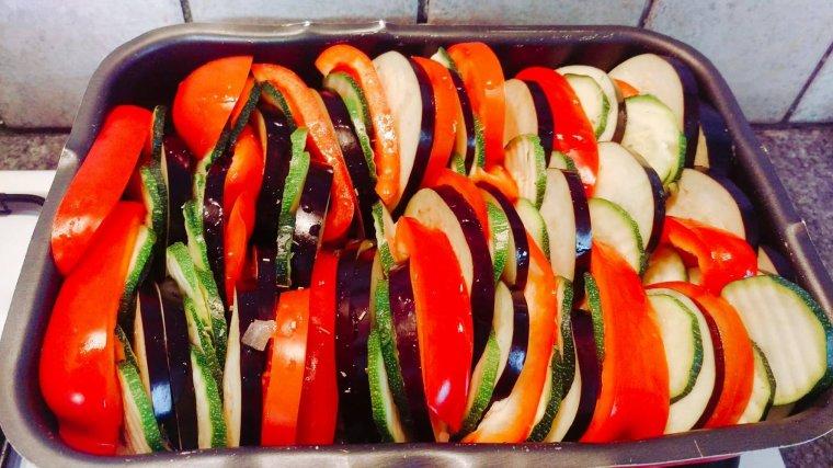 Tian de tomates et légumes d'été.