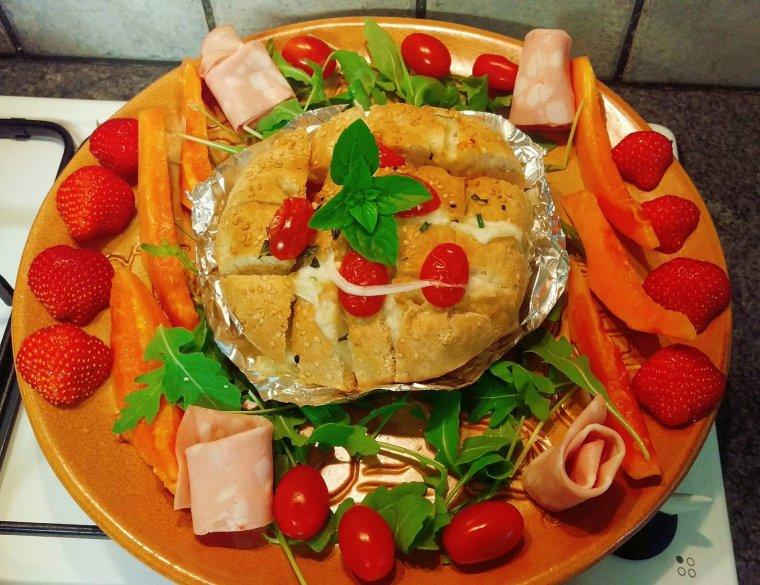 Pain farcis aux tomates, mozzarella, ail, ciboulette et basilic.