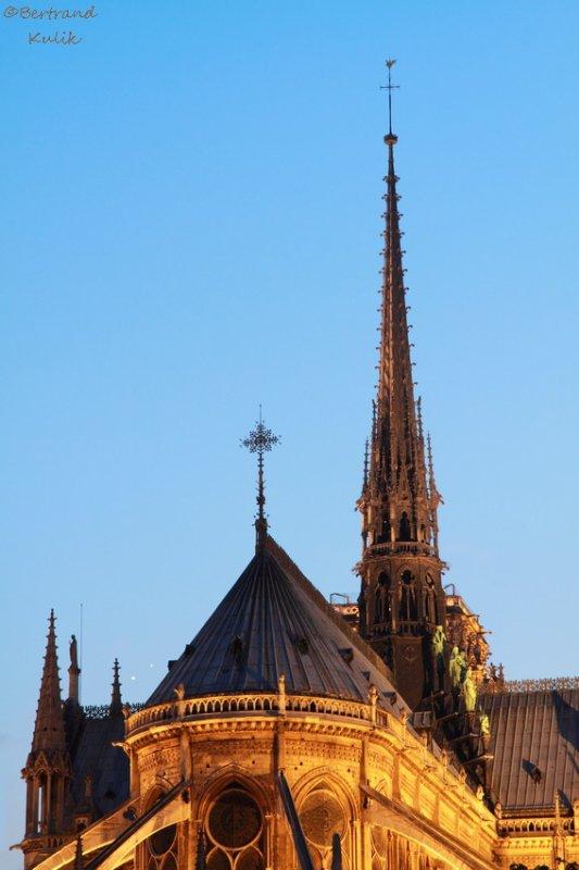 Notre Dame sous le regard de jupiter et venus
