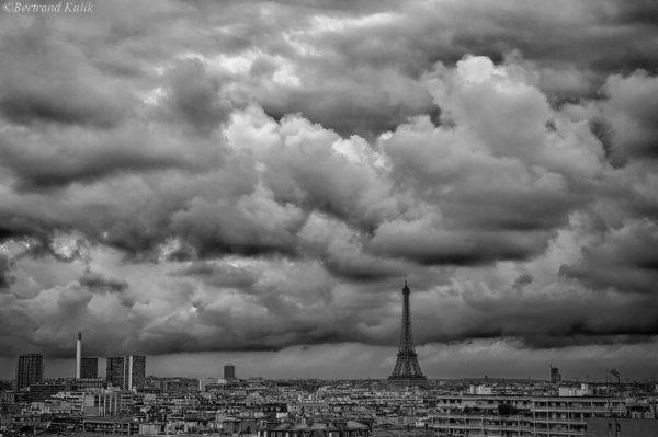 Ciel bas et lourd sur Paris