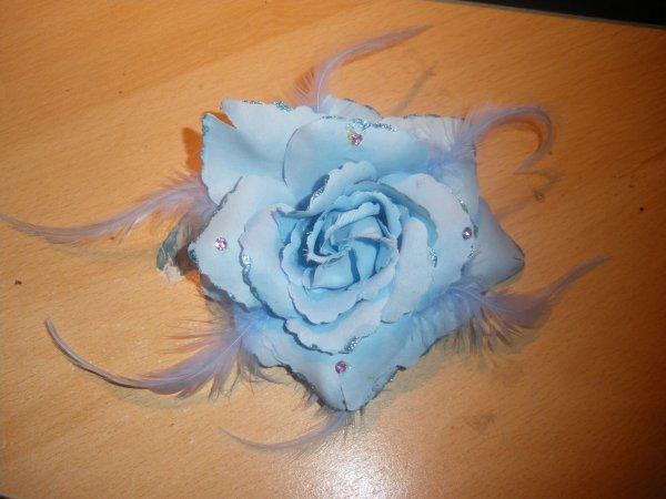 broche ou chouchou fleur bleu
