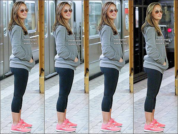 _   04/05 - C'est une Minka en tenue de sport qui a été vue dans les rues puis dans le métro de New York. _
