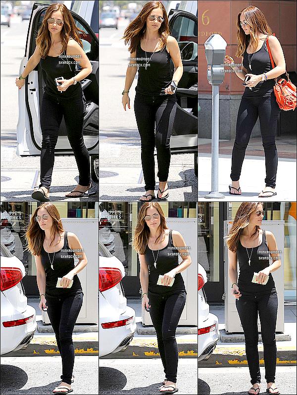 _   08/05 - Minka, habillé toute en noir, est allée faire quelques courses en ville. Top / Flop ? _