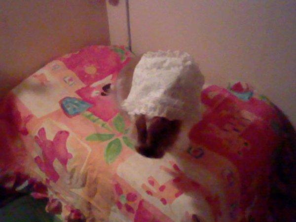 Lilou avec un chapeau de baptême