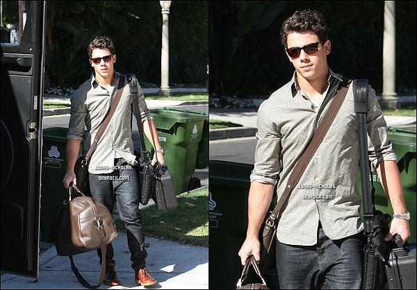 * 16/09/10 : Nick, vieillit d'un an, et encombré de sacs rejoignait son bus de tournée. Redécouvrez l'album de Nick Jonas and The Administration sur : WhoIAm-Album.skyrock.com !!!  *