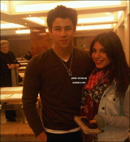 * 27/09/10 : Au soir Nick quitte le théâtre accompagné de Samantha Barks. (Londres)   **********************D'après les photos et le twitter d'une fan, Selena Gomez était également sur place... *