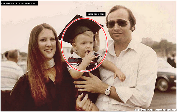 . 04/01/11 : Découvrez une new photo de la vie privée de JARED quand il était petit avec ses parents lors de la remise des diplômes pour sa mère. .