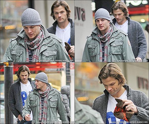 . 07/02/11 : Jared Padalecki et Jensen Ackles, son partenaire dans SUPERNATURAL, ont été aperçu together dans les rues de Chicago. .