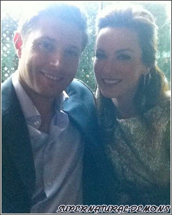 . 3/03/11 : Découvrez une photo de Jared posant avec un fan en pleine soirée. .