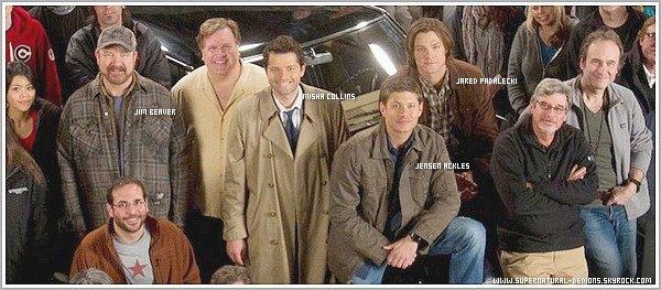 .   02/04/11 : Découvrez une toute nouvelle photo de l'équipe de SUPERNATURAL. Et des dessins très extraordinaire des acteurs de SUPERNATURAL. Et aussi deux nouvelles photos de Jared et Jensen sur le plateau de tournage. Vos avis?       .