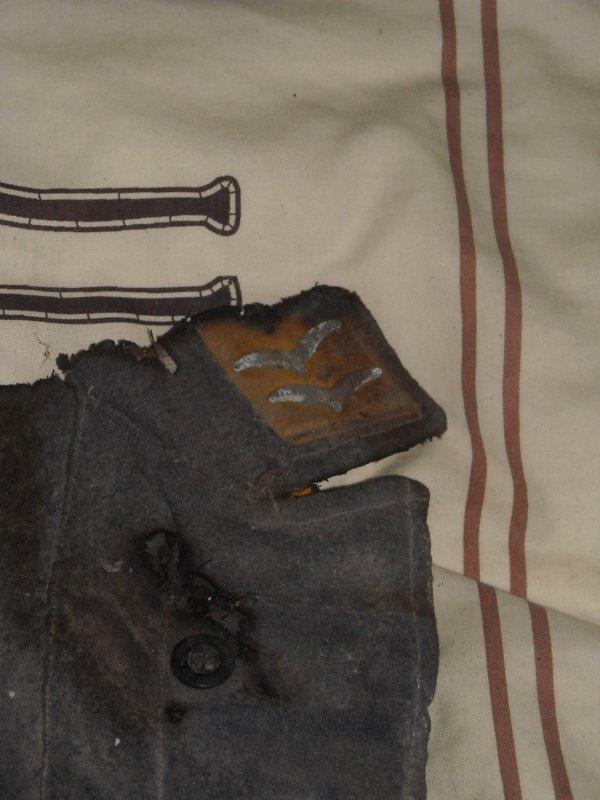 Voila ce que l'on ma donner un morceau de veste luft bruler apre la guerre qui a etait retrouver dans une toiture