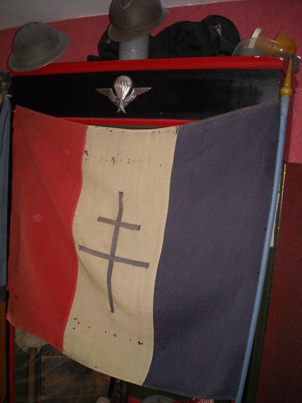 Drapeau Français de résistant WW2 sortie d'une mairie dans le 49