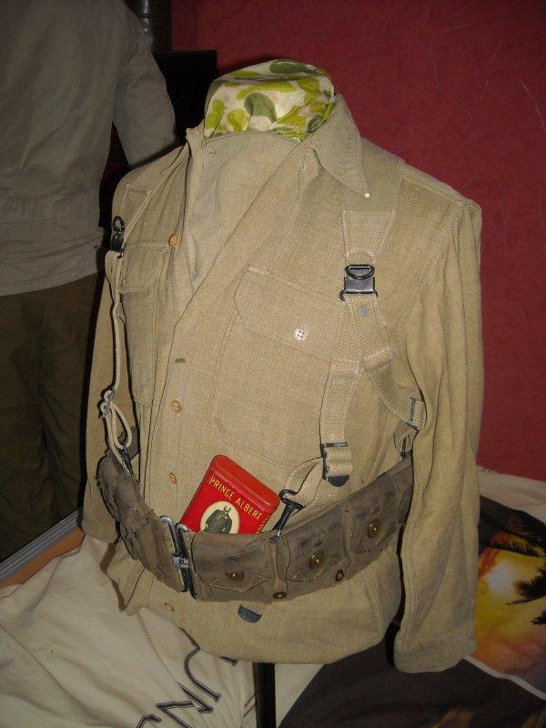 Buste US WW2 chemise moutarde, ceinturon garand, brelage, boite de tabac