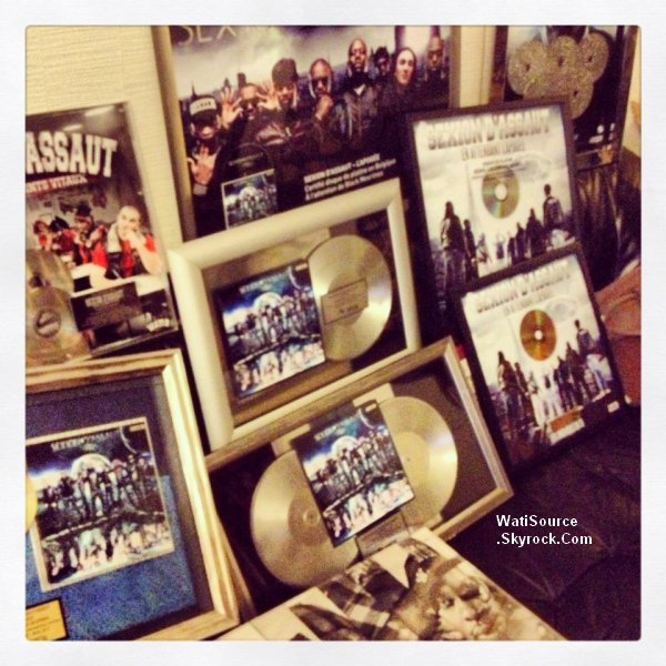 """26 .Decembre 2012 [/font ] Black M a posté deux photos sur son Facebook ( Twitter )  """" sa mérite la photo avec le big Black m ! Ahhhhhhhhhhhhhhhhhh ! RDV en 2013 """"  et autre en disant """" Bilan de deux album l école des points vitaux et l'apogée grâce a vous ! Tout sa chez la darune lol bon j retourne bosser mon album il lui faut un disque d'or de platine ou de diamant ! Bonne fête de fin d'année """"  de plus Le groupe de danse TNCREW s'est rendu à la Wati-Boutique pour présenter à Dawala et au Wati PDG une chorégraphie survolté sur le titre de  Sexion D'Assaut, Disque d'Or !"""