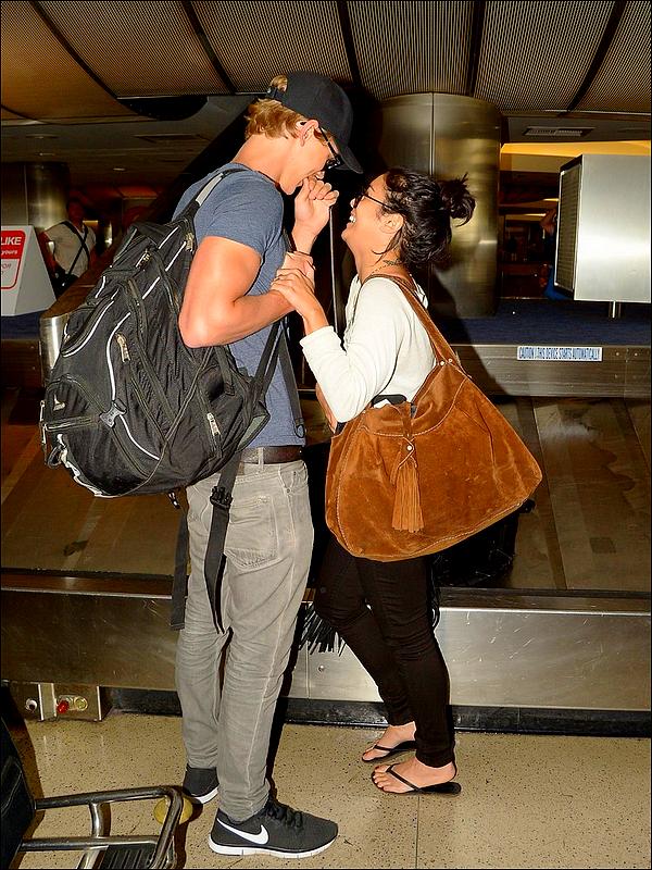 .Vanessa arrivant accompagné d'Austin à l'aéroport LAX, à Los Angeles. Le 25 Juillet 2012.