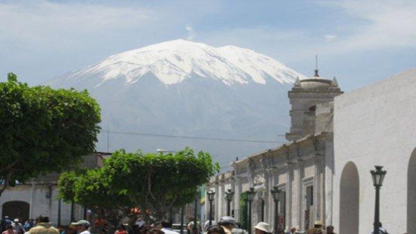 Le troisième plus haut volcan du monde se réveille au Pérou