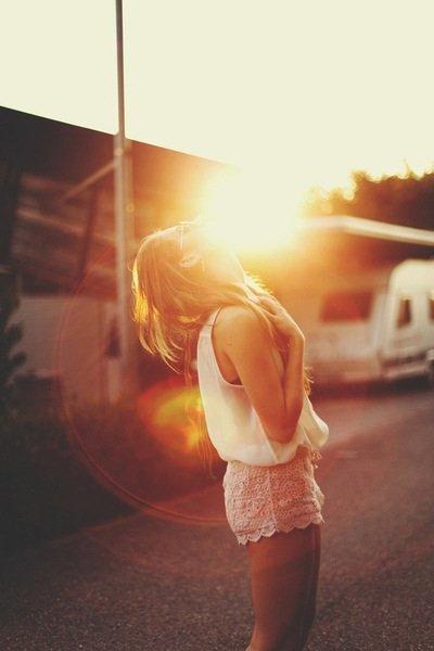 """"""" Souris, même si tu es triste . On ne sait jamais qui pourrait tomber amoureux de ton sourir . """""""