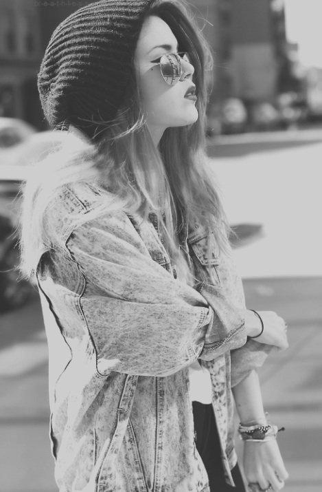 [Le sourire aux lèvres, la tristesse aux yeux, on souffre en silence pour faire croire qu'on va mieux..]