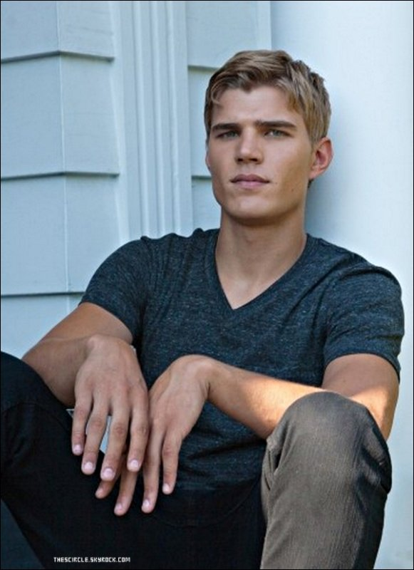 .    Nouvelle photo promo de Chris Zylka alias Jake Armstrong.   .