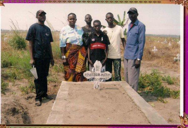 Famille Matumona  Cimentiere de mon grand Père pour l'entretien