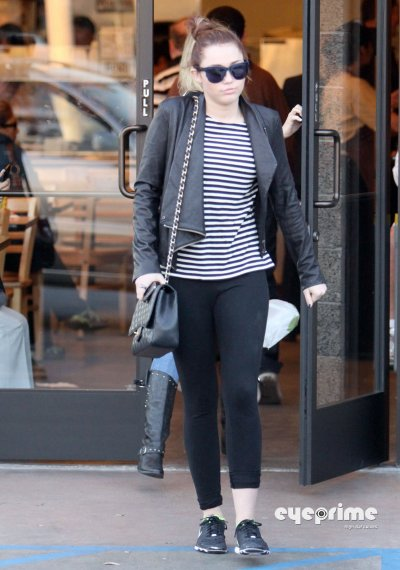March 8, 2011 Miley Cyrus Miley Cyrus in spandex leaves a Cafe in Toluca Lake  partie2
