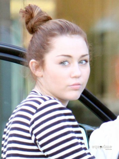 March 8, 2011 Miley Cyrus Miley Cyrus in spandex leaves a Cafe in Toluca Lake  partie1